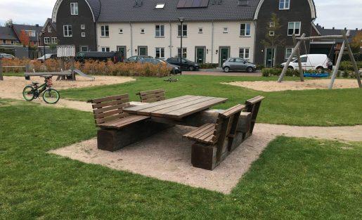 AIR3+ Piicknicktafel op speelweide in de wijk Beekweide te Renswoude